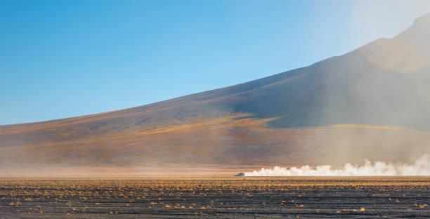四輪子驅動車在玻利維亞的安第斯山脈山脈 - 阿爾蒂普拉諾山脈 個照片及圖片檔