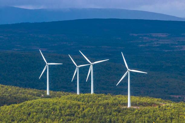 fyra vita vindkraftverk på arctic mountain range med mörk bakgrund - norrbotten bildbanksfoton och bilder