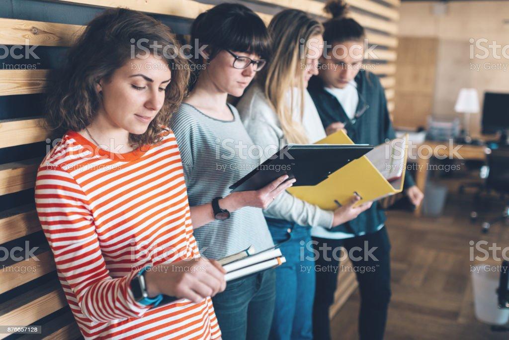 Vier Arbeiter zusammen in großen Raum Büro eröffnen – Foto