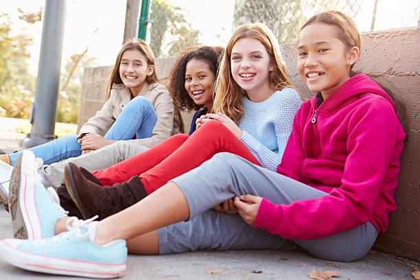 quatro meninas se divertindo juntos no parque - pré adolescente - fotografias e filmes do acervo