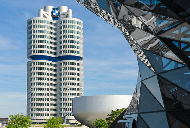 bmw vier-zylinder tower münchen world headquarters - arbeit in münchen stock-fotos und bilder