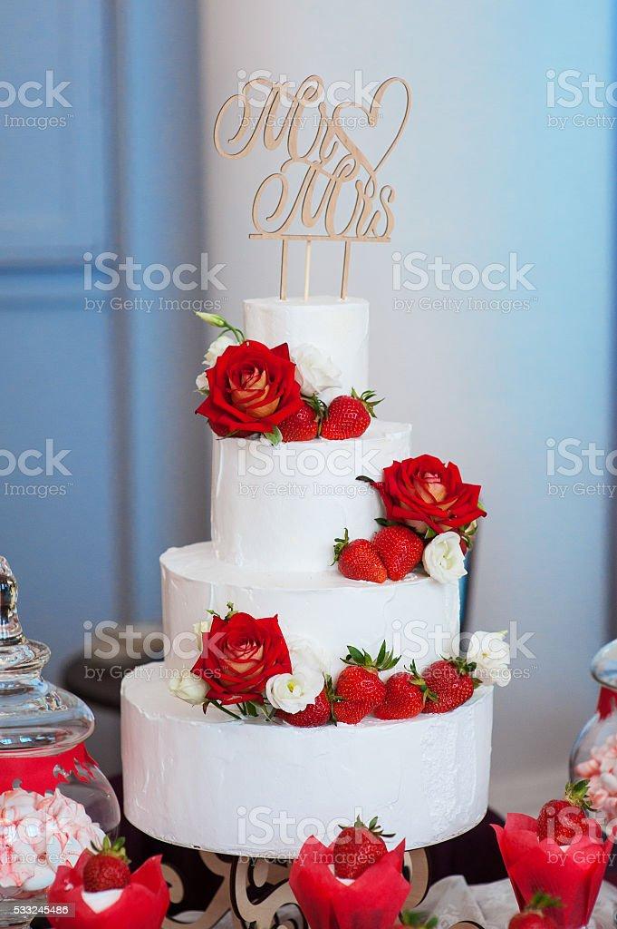De Cuatro Capas Blancas Pastel De Bodas Con Rosas Rojas Y Fresas Foto De Stock Y Más Banco De Imágenes De Acontecimiento Istock
