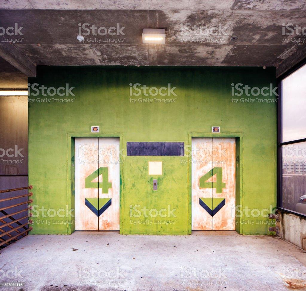 Puertas de ascensor de estacionamiento piso cuarto - foto de stock