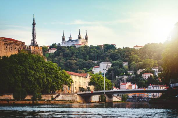Colline de Fourvière avec la tour de la Basilique Notre-Dame de Fourvière et de la communication dans la ville de Lyon en France, vu du point de vue de Saone river - Photo