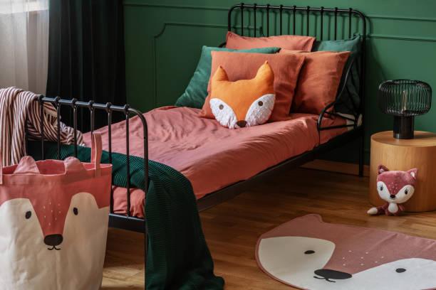 fuchs form wie kissen und tasche mit fuchskopf in eleganten schlafzimmer interieur - fuchs kissen stock-fotos und bilder