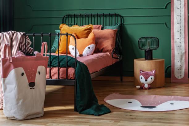 fuchs-thema in niedlichen schlafzimmer interieur mit grüner wand und orange bettwäsche - fuchs kissen stock-fotos und bilder