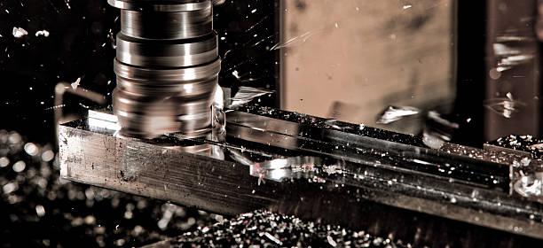 cnc fräser in arbeit - cnc machine stockfoto's en -beelden