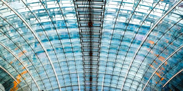 Fragment einer futuristischen Flughafenkuppel aus Metall und Glas. – Foto