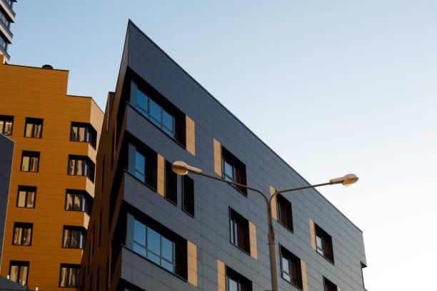 Fragment eines neuen Elitären Wohngebäudes oder Gewerbekomplexes. Teil der städtischen Immobilien. Moderne belüftete Fassade mit Fenstern. Diagonale Anordnung. – Foto