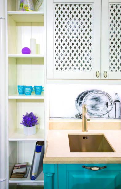 fragment des klassischen provence küche in weiß und türkis farben - küche deko lila stock-fotos und bilder