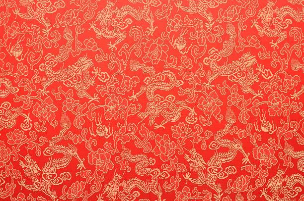 frammento di rosso cinese in seta con draghi e fiori golden - cina foto e immagini stock