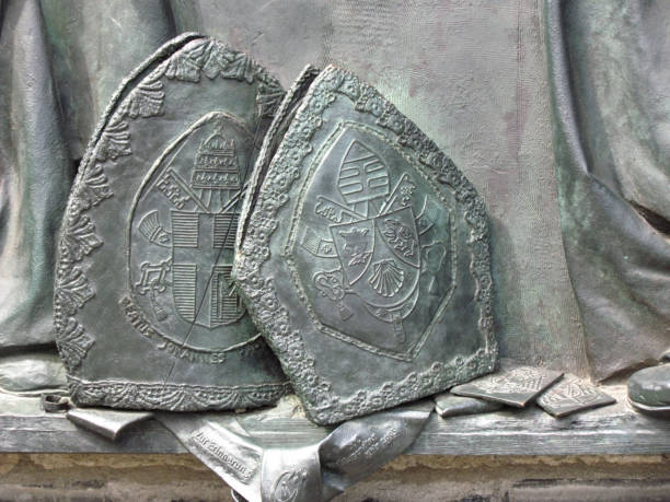 fragment of the memorial relief about the meeting of pope ioannes paulus pp. ii; and cardinal joseph alois ratzinger in cologne - foto di ratzinger foto e immagini stock