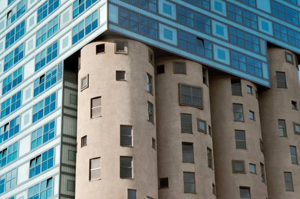 fragment des silo-gebäudes. moderne architektur in harburg, hh, deutschland - fassadenschnitt stock-fotos und bilder