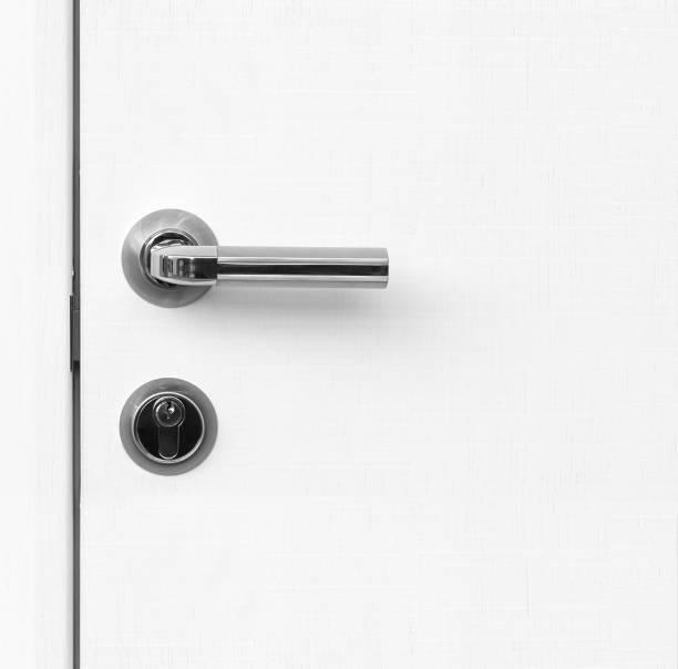 porta de fragmento branco com puxador e fechadura - maçaneta manivela - fotografias e filmes do acervo