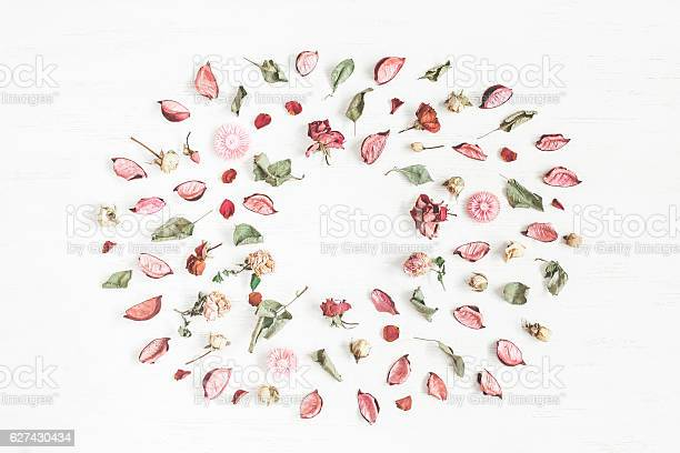 Frame made of dried flowers and leaves flat lay picture id627430434?b=1&k=6&m=627430434&s=612x612&h=zjc8sidukbsdckpz  pqoshqqotg5fn2gd811mfxyig=