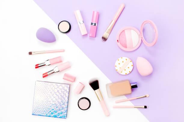 rahmen aus weiblichen accessoires und make-up-kosmetika. wohnung gelegt - nägel glitzer stock-fotos und bilder