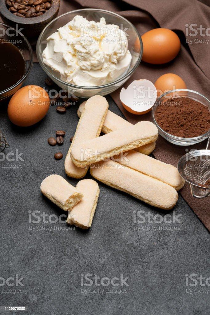 marco hecho de ingredientes para hacer el tradicional postre italiano tiramisú - Foto de stock de Alimento libre de derechos