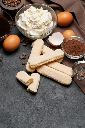 Marco Hecho De Ingredientes Para Hacer El Tradicional Postre Italiano Tiramisú Foto de stock y más banco de imágenes de Alimento