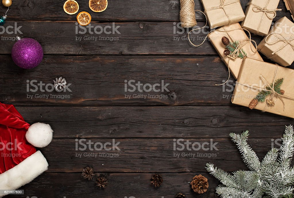 Frame of Christmas gifts, santa hat and branches of fir Lizenzfreies stock-foto