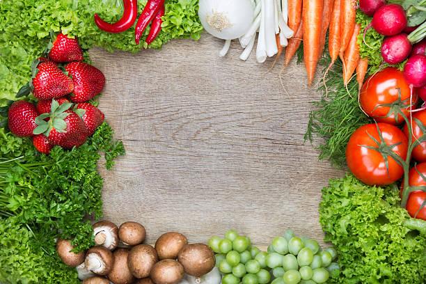 Bild von frischem Obst und Gemüse auf Schneidebrett – Foto