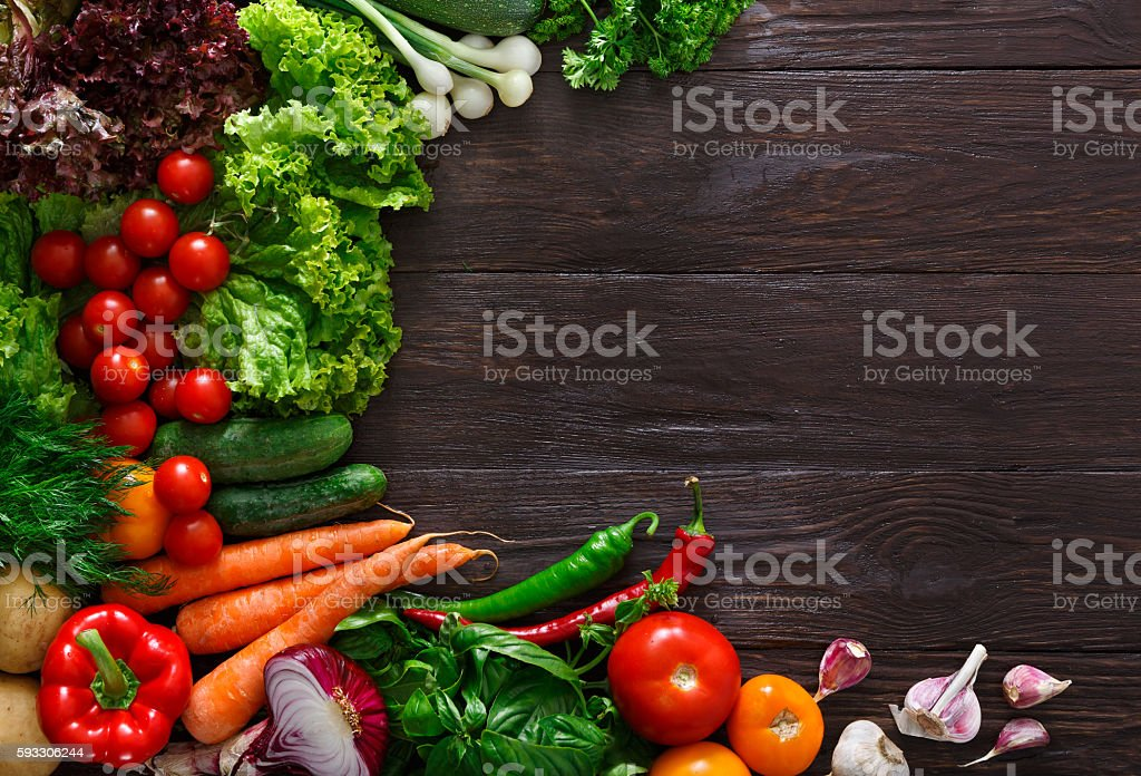 Frame of fresh vegetables on wooden background with copy space - foto de stock
