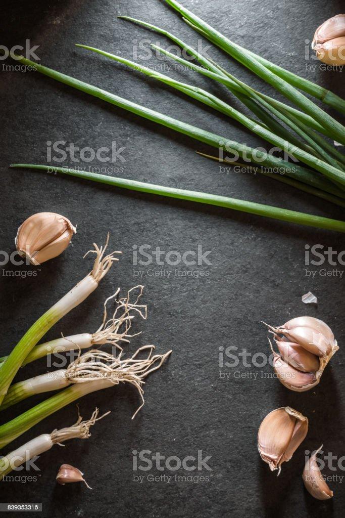 Rahmen des grünen Zwiebeln und Knoblauch Lizenzfreies stock-foto