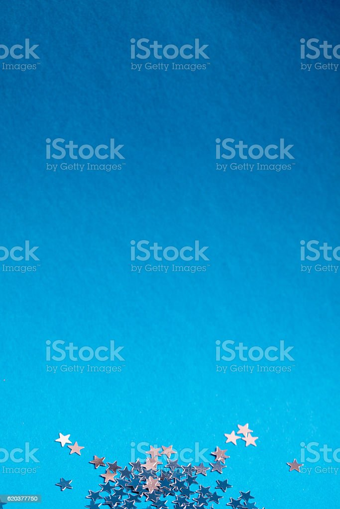 Frame of scatters little silver stars on blue background. foto de stock royalty-free