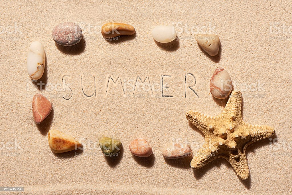 Frame of sea stones and starfish with summer on sand photo libre de droits