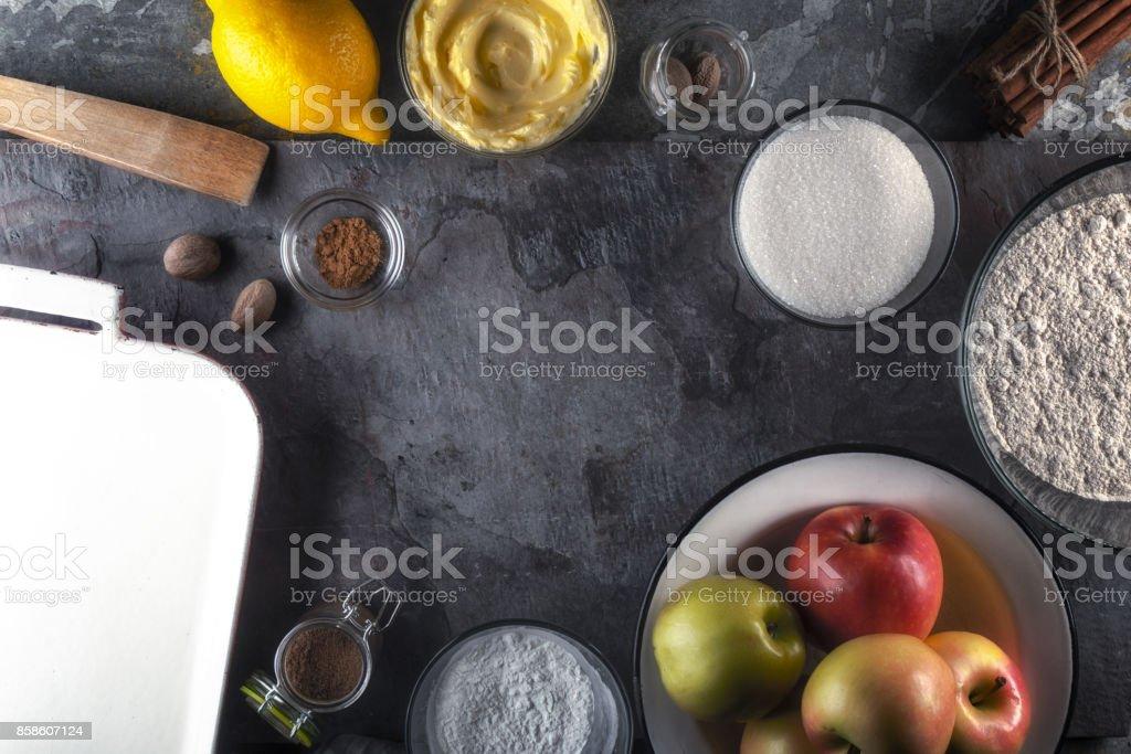 Rahmen der Utensilien, Äpfel und Zitronensaft zum Kochen amerikanischen Apfelkuchen Lizenzfreies stock-foto