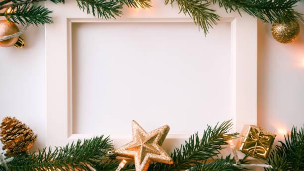 Frame-Foto, Tannenzweigen, Licht und Weihnachtsdekoration für Silvester und Weihnachten Konzept Hintergrund – Foto