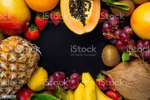Ramka Z Kopią Przestrzeni Od Fresh Tropical I Summer Seasonal Fruits Ananas Papaya Mango Coconut Oranges Kiwi Bananas Lemons Grapefruit Na Czarnym Tle Zdrowe Rośliny Na Bazie Diety Superfoods - zdjęcia stockowe i więcej obrazów Ananas