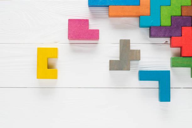 Marco con bloques de madera de diferentes formas colores - foto de stock