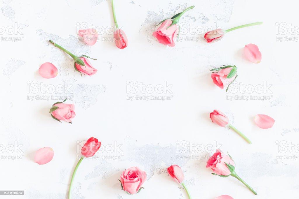 Cadre avec fleurs roses et tulipes. Vue plate Lapointe, top - Photo