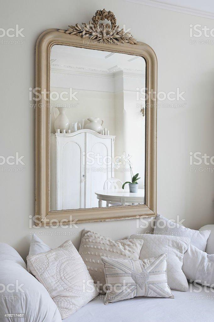 Specchio Sopra Divano.Specchio Incorniciato Sopra Divano Letto Fotografie Stock