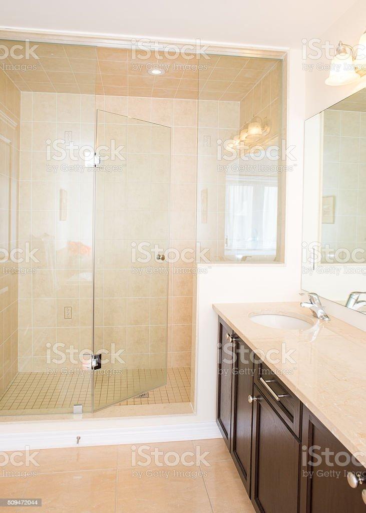 Quadro menos box de vidro com chuveiro no novo banheiro - foto de acervo