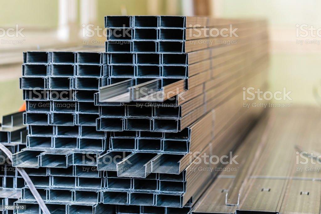 Rahmen für Gipskarton für die Herstellung von Gipswände von Arbeitern in einer Wohnung befindet sich im Aufbau, Umbau, Renovierung, Erweiterung, Sanierung, Rekonstruktion, aktualisieren. – Foto