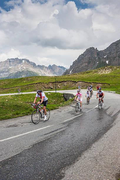 La Francia. Ciclisti arrampicata di Galibier Pass in un giorno di pioggia - foto stock