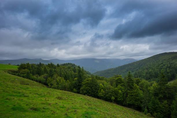 france - formations nuageuses dramatic sky sur français de forêts et montagnes en alsace - orage en alsace photos et images de collection
