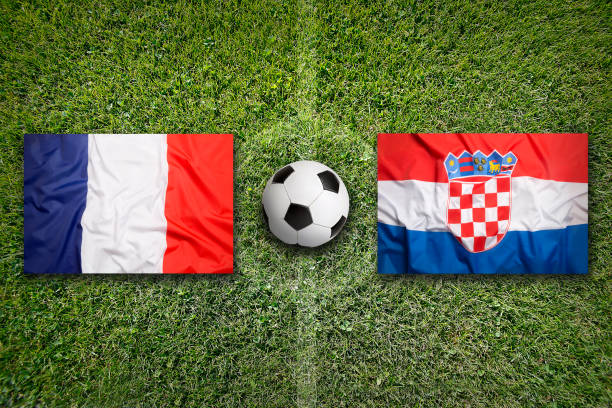 Francia vs Croacia banderas en el campo de fútbol - foto de stock