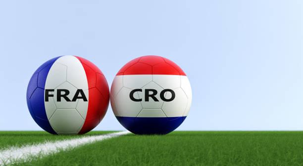 França vs Croácia partida de futebol - bolas de futebol em França e Croácia cores nacionais em um campo de futebol. Cópia espaço no lado direito - 3D Rendering - foto de acervo