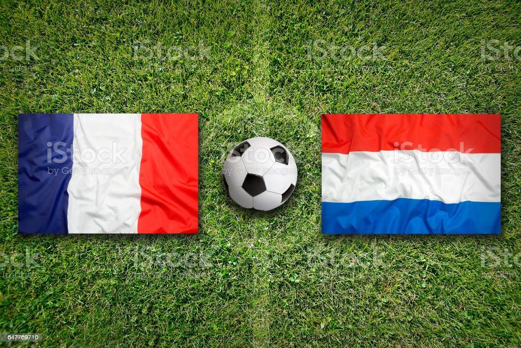 Frankreich vs. Niederlande Flaggen auf Fußballplatz – Foto