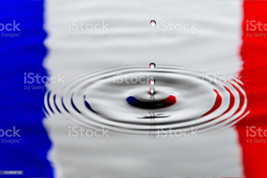 Gotejamento de água de França ou água ondas num lago. ondas de ondulação a bandeira do país - foto de acervo