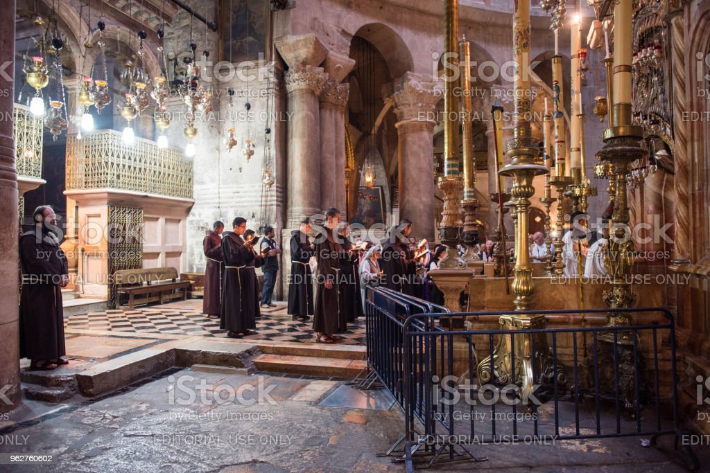 Franciscan monks in the Church of the Holy Sepulchre - Foto stock royalty-free di Antico - Condizione