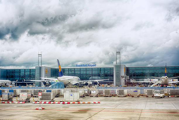 frankfurt airport, germany - luchthaven frankfurt am main stockfoto's en -beelden
