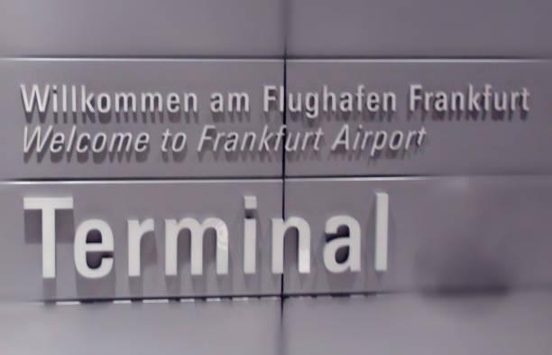 frankfurt airport terminal teken view in duitsland europa - luchthaven frankfurt am main stockfoto's en -beelden