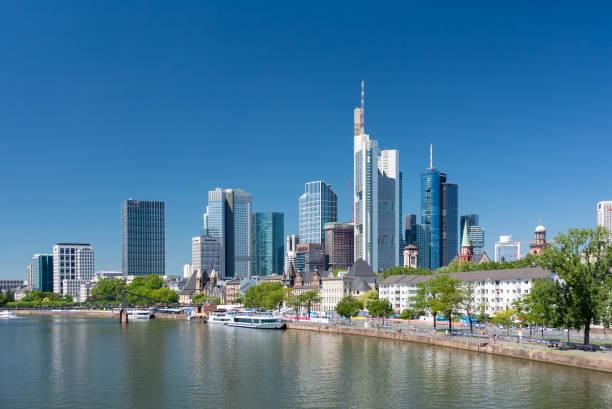 frankfurt am main. vew der wolkenkratzer in der innenstadt - main stock-fotos und bilder