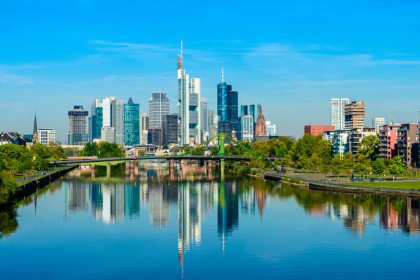 skyline von frankfurt und main fluss reflexion an einem klaren tag, deutschland - main stock-fotos und bilder