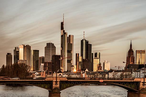 Frankfurter skyline am Morgen Sonnenaufgang – Foto