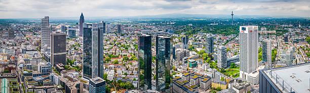 frankfurts finanzbezirk banking wolkenkratzern der innenstadt von urban skyline panorama deutschland - ausstellungen frankfurt stock-fotos und bilder