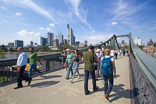 frankfurt fußgängerbrücke - main stock-fotos und bilder
